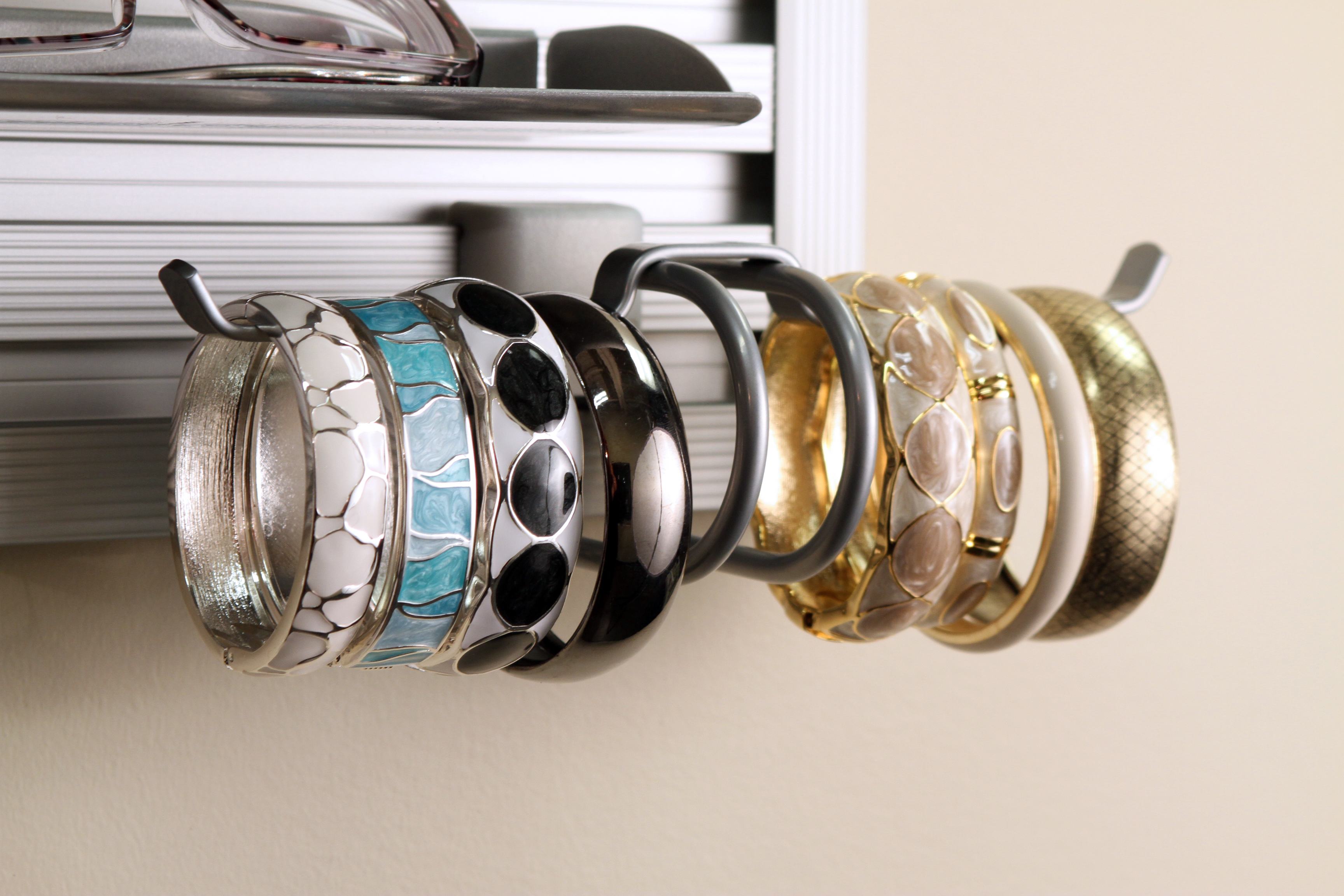 Are your scarves/belts/sunglasses/bracelets in piles with no place to go? Closet Envy can help you organize your accessories in no time flat! #getorganized #organization #dreamcloset